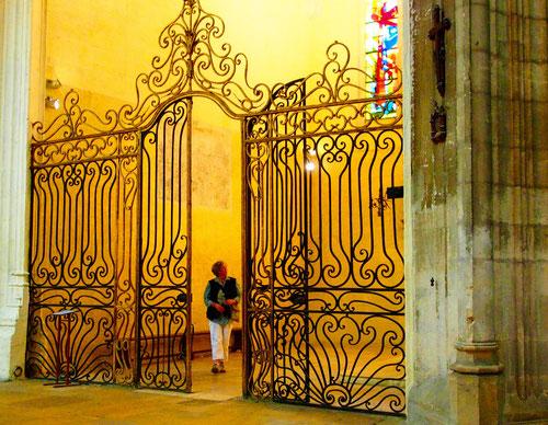 ein ausdrucksstarkes Gitter, führte zu einem ultra-modernen Seiten-Altar