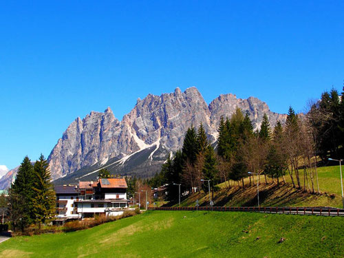 Cortina d´Ampezzo eingebettet in die mächtigen Berge der Dolomiten