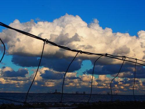 schwere Wolken hängen über das Haff