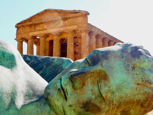 eine riesige Bronze ruht vor dem Tempel