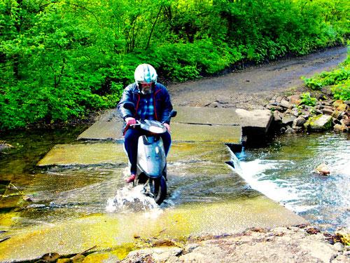 diese überflutete Stelle mit dem Pössl zu durchfahren erforderte von Hanni einigen Mut