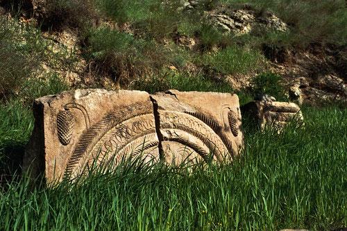 von historischen Steinarbeiten umgeben