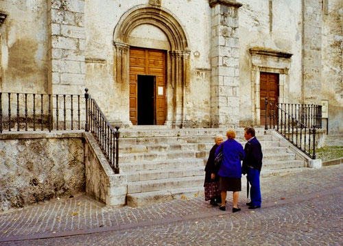 ein kurzer Plausch an der Kirchentreppe