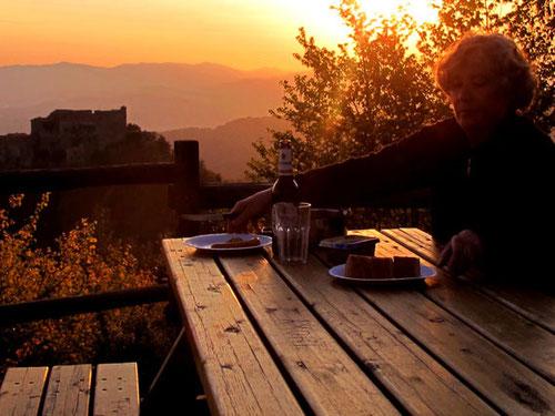 gemütliche Abend-Brotzeit gegenüber dem Castello Malaspina