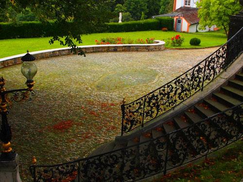 kostbar das aufwändig geschmiedete Treppengeländer zur Terrasse