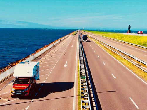 der Damm ist 32 km lang und 8 Fahrbahnen breit - ein gewaltiges Objekt