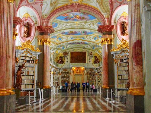 atemberaubend, der Blick in die weltgrößte Kloster-Bibliothek