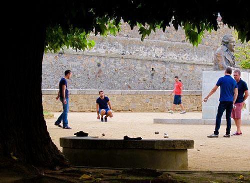 Boccia-Spiel auf dem Hauptplatz in Ajaccio