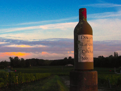 """eine übergrosse Weinflasche """"Chateau de Moulin Rouge"""" als Werbe-Impuls"""