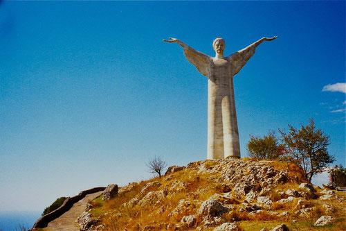 die Christusstatue von Maratea, 1965 von Bruno Innocenti aus weissem Carrara-Marmor geschaffen