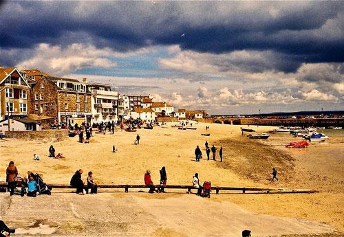 der Hauptstrand von St Ives umrahmt von einer grandiosen Wolkenstimmung