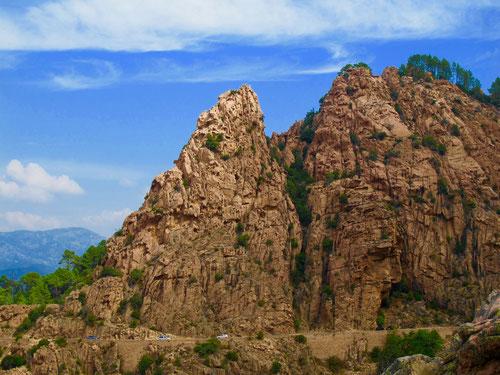 durch die Strasse am unteren Bildrand kann man die Grösse der Felsen erkennen