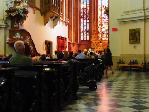 die Sonntags-Messe in der Kathedrale St. Peter und Paul