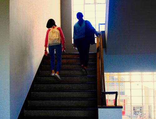 die Bauhaustreppe, künstlerisch verewigt im Bild von Oskar Schlemmer