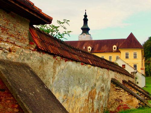 die 300 Jahre alte Klostermauer