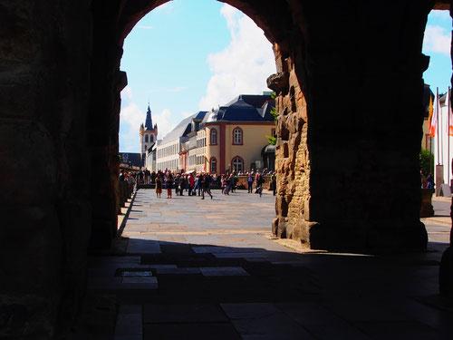 an der Porta Nigra - Durchblick zum Dreikönigs-Haus