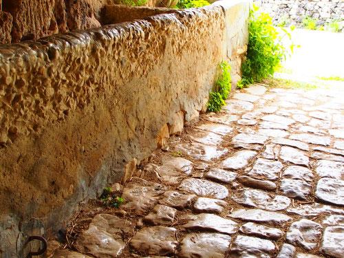 die Patina der Steine und das abgeriffene Mauerwerk versuchen etwas zu erzählen