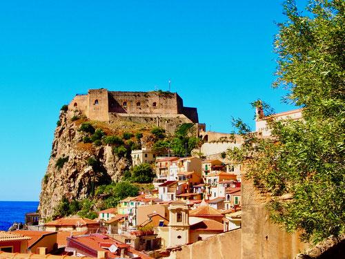 Scillia - mit dem Castello Ruffo de Sicilia