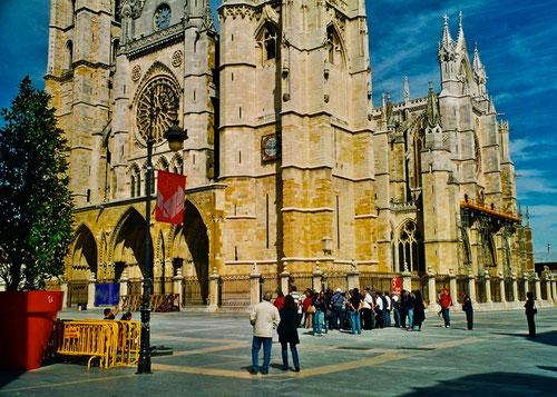 der Platz vor der Kathedrale, staändig trafen neue Pilger-Gruppen ein