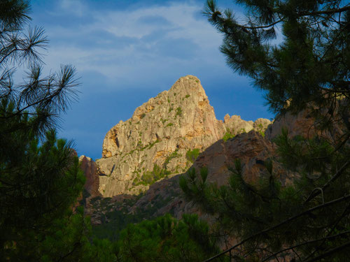 bizarre Fels-Landschaften flankierten das Tal der Salanzara