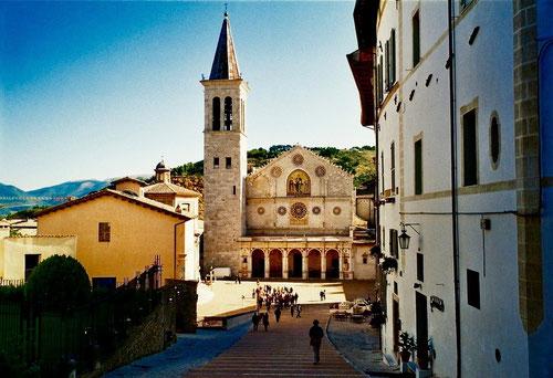Blick auf die romanische Kirche Sant´Eufemia aus de 12. Jhd.