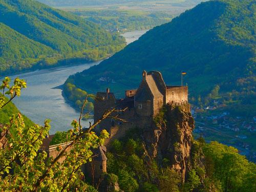 vom Felsen aus hatte man die schönste Aussicht auf die Burg-Anlage und die geschwungenen Donau