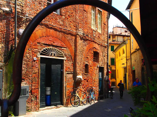 Fassaden-Motiv mit zwei bunten Rädern
