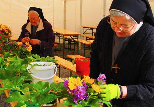 zum Erntedankfest wird der Blumenschmuck hergerichtet