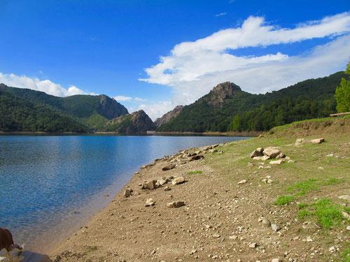 das Wasser klar, der Himmel blau, einsame Bade-Strände