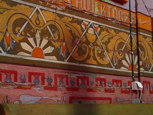 die Dekorationen, mit Naturfarben gemalt hatten eine starke Ausstrahlung