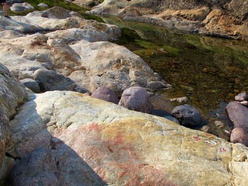 unglaublich schöne Steine säumen das Flussbett