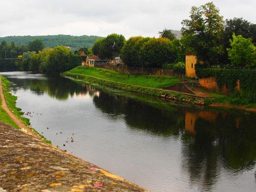 Montignac an der Vezere, dem Nebenfluss der grösseren ost- westwärts fliessenden Dordogne
