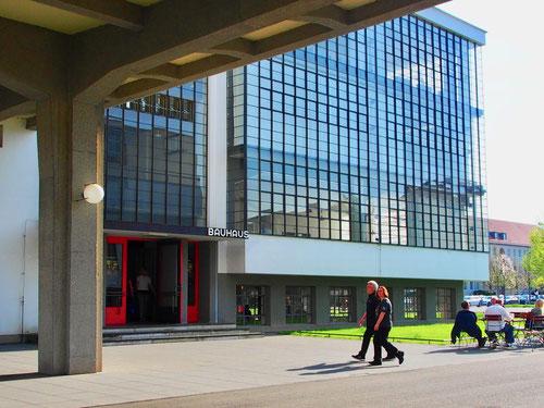 die wieder aufgebaute Glasfassade des Bauhaus