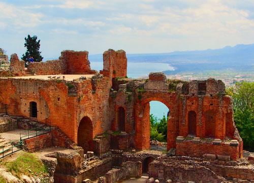 beeindruckend steht diese antike Ruine vor der immer gleich alten Natur
