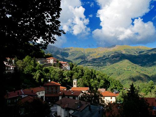 in Pianosinatico sahen wir erstmals den Monte Cimone