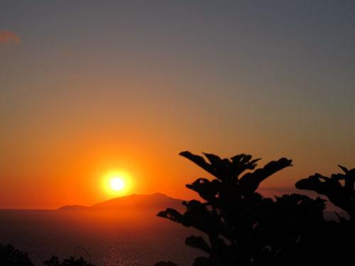 der untergehende Sonne verschwand langsam hinter den Bergen von Ischia