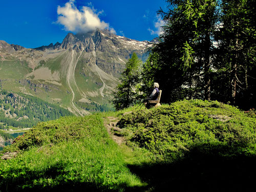 von Wlken umhüllt das das 2.750 m hohe Piz Nair