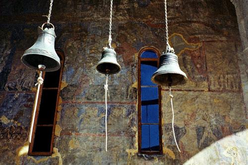 zu jeder vollen Stunden läuten diese drei Glocken