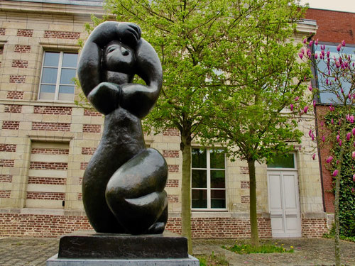 im schlichten Museums-Garten sind ausgewöhnliche Skulpturen plaziert