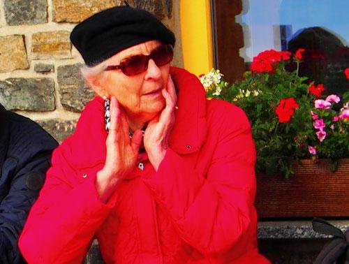 diese ehrwürdige Dame geniest Ihr Rentner-Dasein souverän