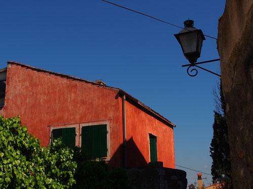 rotes Haus mit einer interessanten Dach-Form