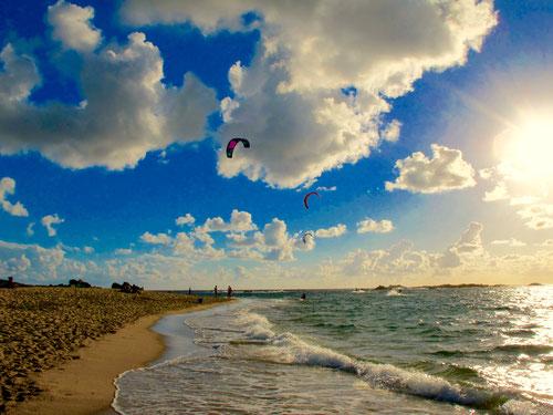 ein herrlicher Strand, stürmische Wellen und lustige Wolken