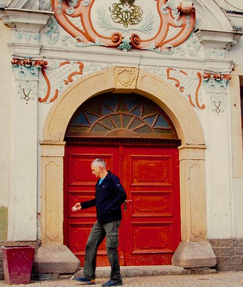 das rote Eingangs-Portal zum Gemeindehaus