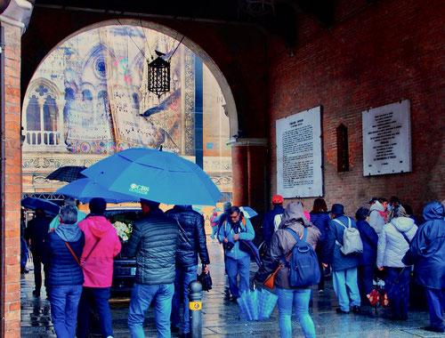 die Touristen zwängen sich durch die Altstadt