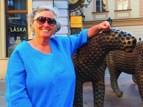 Hanni steichelt am Domplatz Leoparden aus Bronze