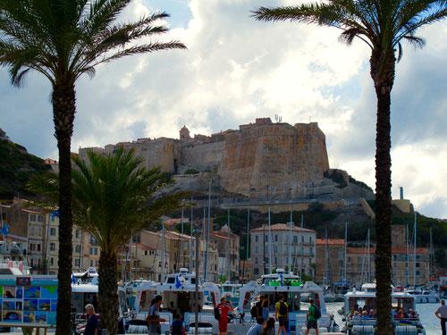 im Hafen von Bonifacio, im Hintergrund die mächtige Zitadelle