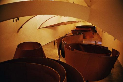 die Metall-Objekte  von Richard Serra - riesig und sehr umstritten