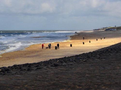 am Strand vereint mit den Gewalten des Meeres