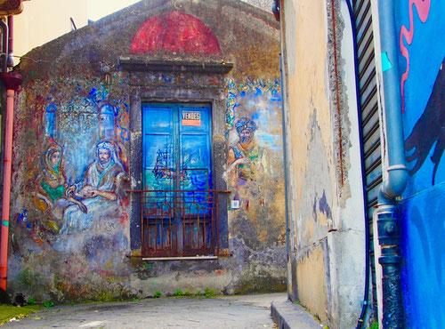 viele alte Häuser sind dem Verfall preisgegeben, sogar die Kirchen