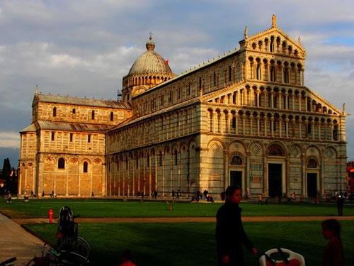an dem Dom Santa Maria Assunta wurde 200 Jahre gebaut - er wurde zum Vorbild des Doms von Florenz
